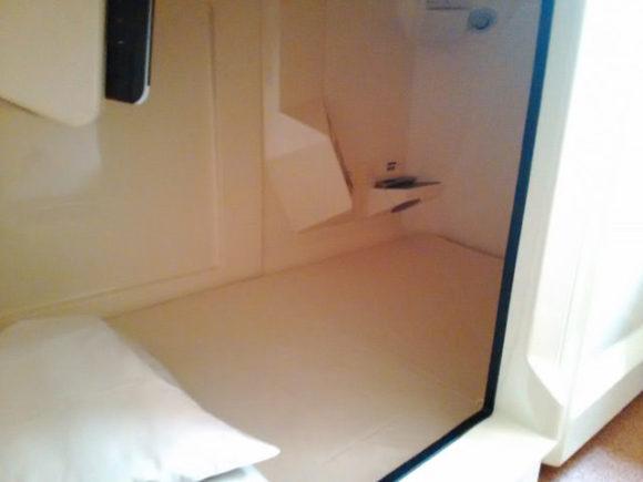 寝るときはカプセルの中へ。熟睡しました。