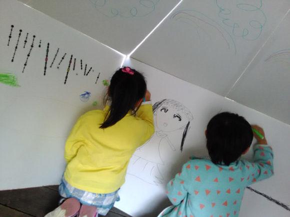 内部に落書きする子供たち